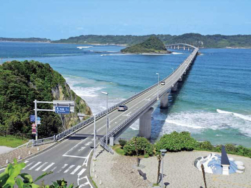 対岸の山口県の日本海(角島大橋)