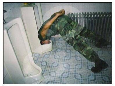 ▼頭を便器に入れる兵士