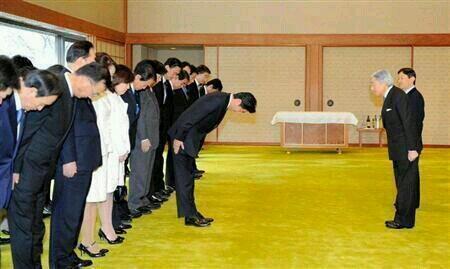天皇陛下がお辞儀しているのに仁王立ち。さすが創価学会(朝鮮カルト)です