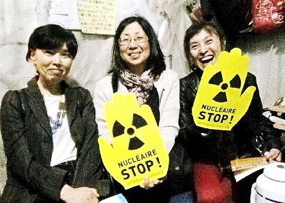 「原子力ストップ」グッズを掲げて~5.16官邸前抗議に参加した「よそものネット・フランス」