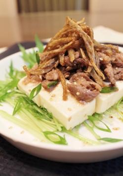 健康ごま油とめんつゆで☆揚げごぼうと牛肉のせ豆腐