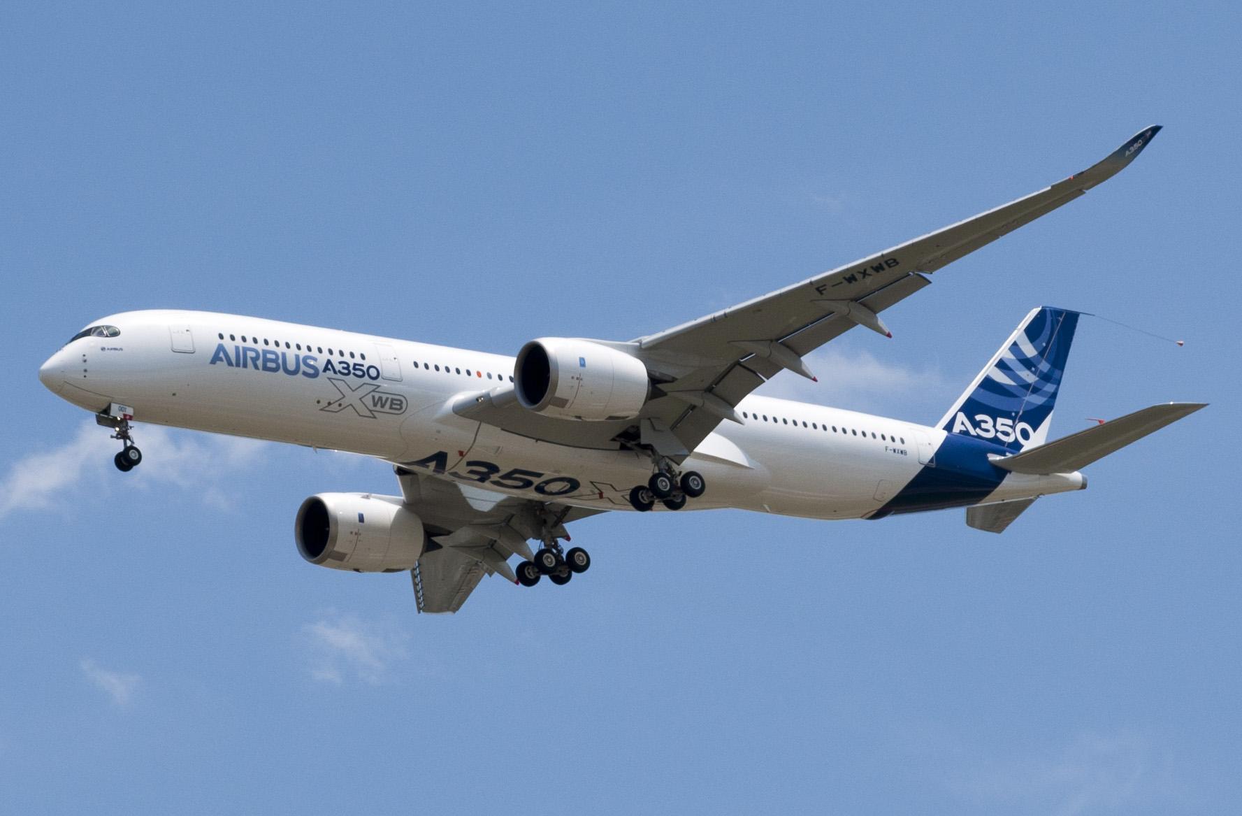A350_First_Flight_-_Low_pass_02.jpg
