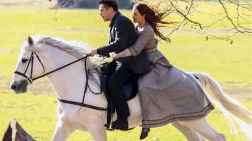 『ニューヨーク 冬物語』 白馬アサンソーに乗って逃げるピーター・レイクとベバリー