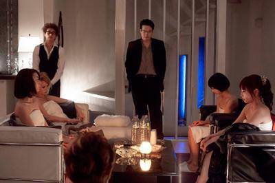 三浦大輔 『愛の渦』 主催者の店長(田中哲司)はパーティの開始を宣言する。左手には店員の窪塚洋介。