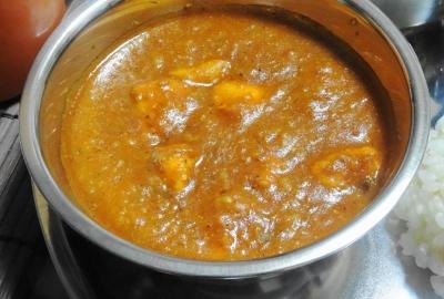 鶏肉入りパう・バハジ(ジャガイモと野菜のバタードカレー)