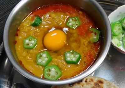 レンズ豆のカレー オクラ&生卵入り
