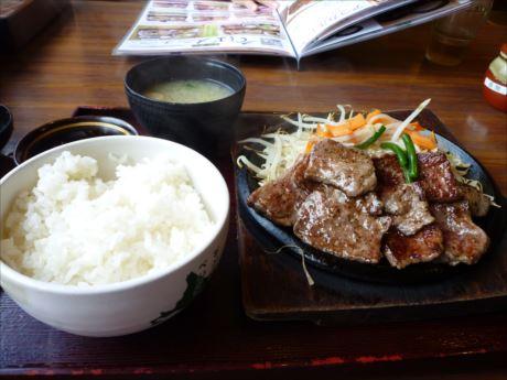 牛カットステーキ定食in定食屋ジンベイ(脂っこくて残す)_R