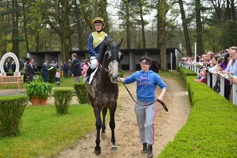 パドック。女性騎手と女性引手