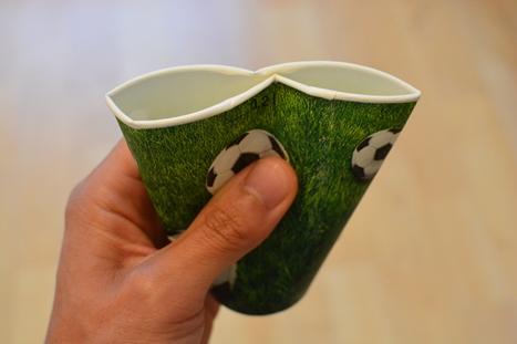 飲み口の真ん中がつぶれた紙コップ