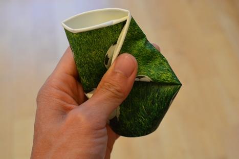 飲み口を折って半分にした紙コップ