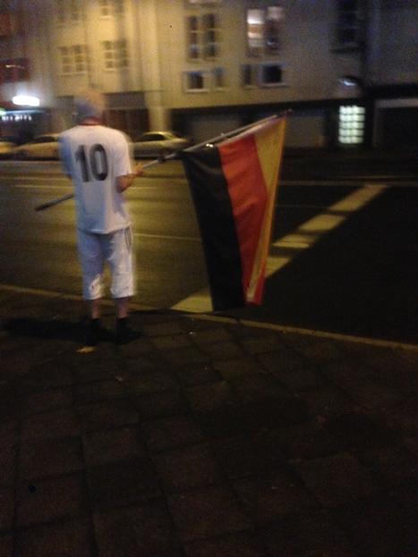 国旗を掲げる老人
