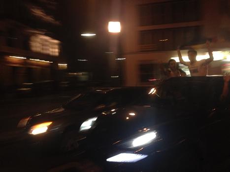 爆走する車から身を乗り出す若者