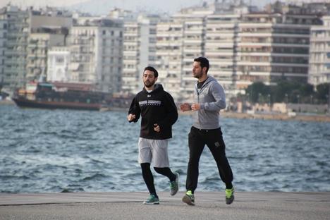 ギリシャ・テッサロニキでジョギングする2人の男性