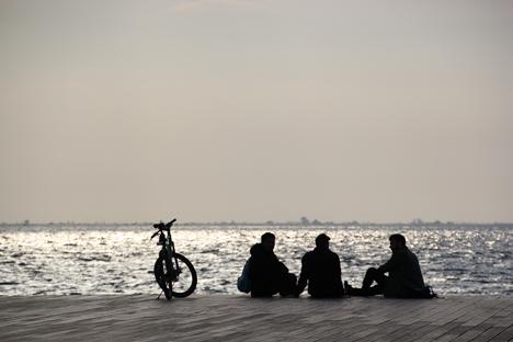 ギリシャ・テッサロニキの海辺で休み男性3人組