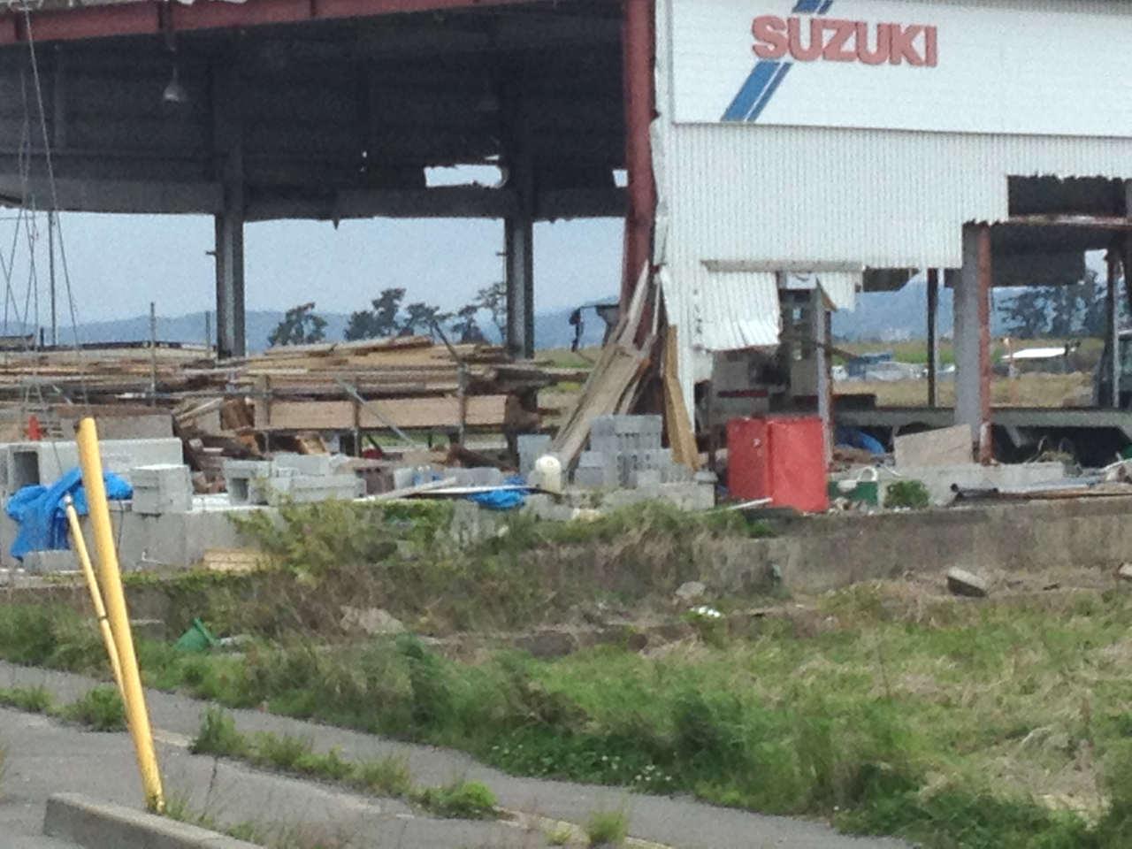修理されないままの自動車修理工場