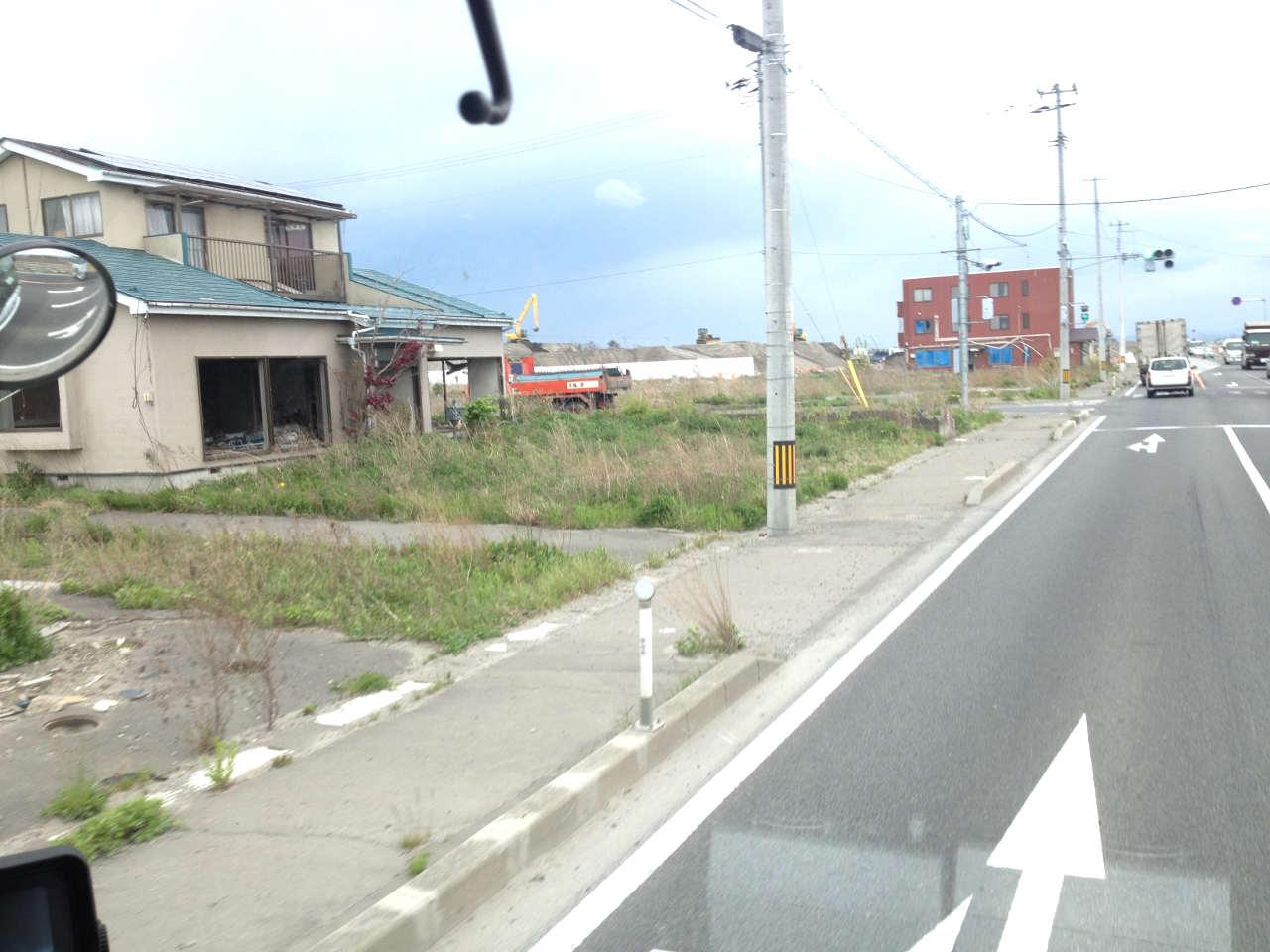 未解体の住宅とビル