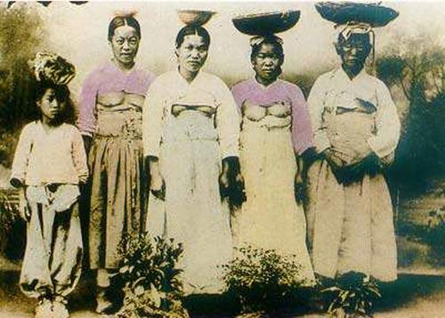 朝鮮人女性 乳出し2