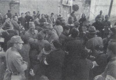 南京入城2 食料を配布する日本兵