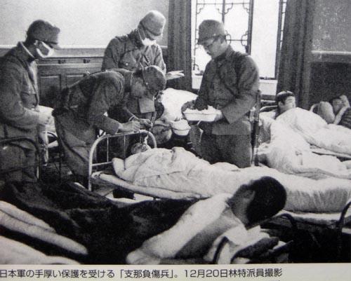 南京入城4 中国人負傷兵を看護する衛生兵