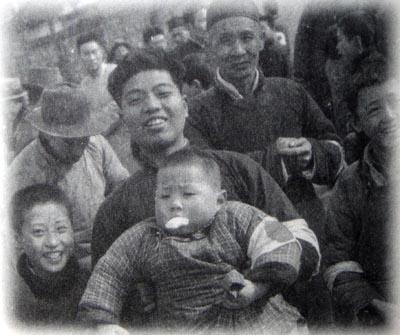 南京入城5 日本の記者の撮影に喜んで応えるシナ人
