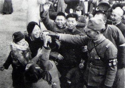 南京入城6 子供に菓子をやる日本兵