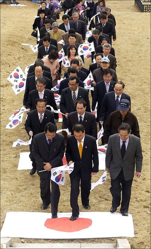 日本国旗 踏みつけ 韓国議員