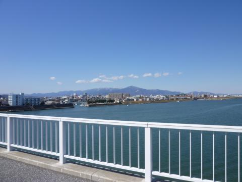 湘南大橋から丹沢を望む