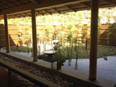 お庭を見ながら足湯