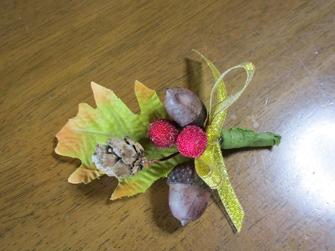 木の実のブローチ