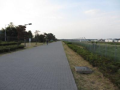 飛行場脇の通路