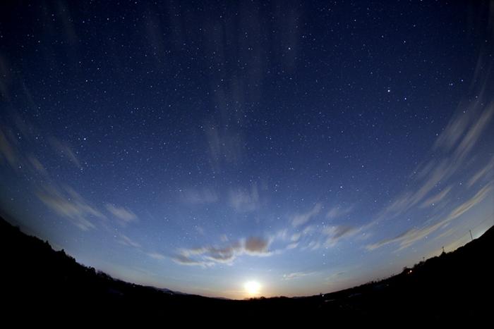20140324フィッシュアイファーストショット(昇る夏の星座と月)
