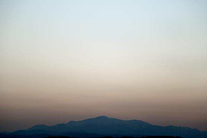 2014年4月9日 夕闇迫る空に浮かび上がる栗駒山