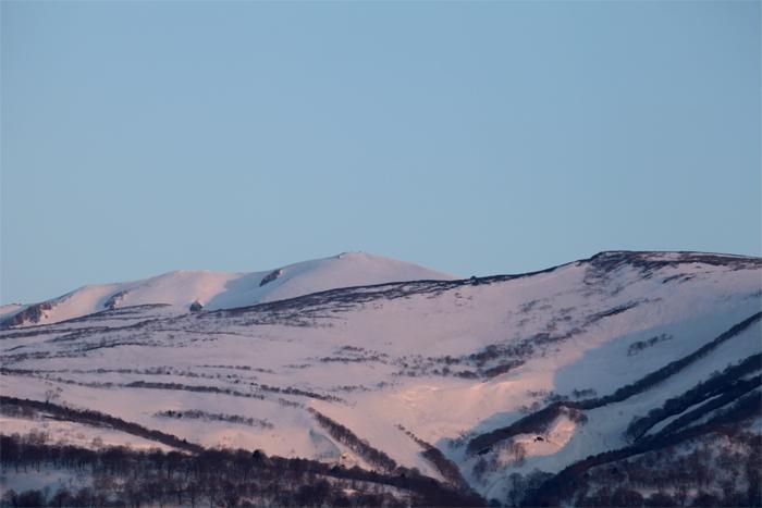 2014年4月12日 朝日を浴びて薄ピンクに染まる栗駒山