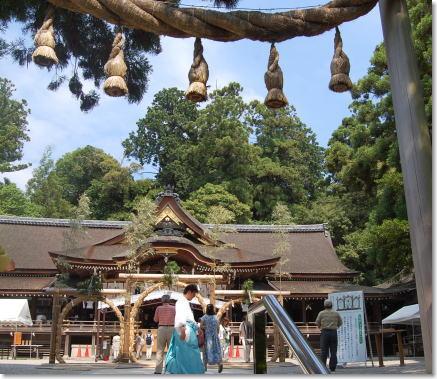 大神神社拝殿前2