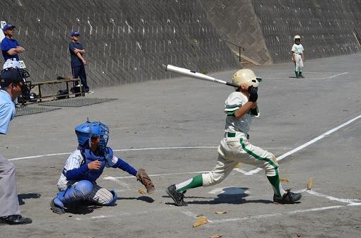 ④5番打者がライトの頭上を大きく超える