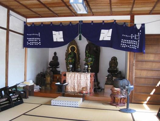 大安寺町地蔵堂に安置された地蔵菩薩他の仏像