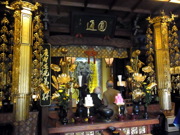 廣智寺・観音菩薩立像が安置される厨子