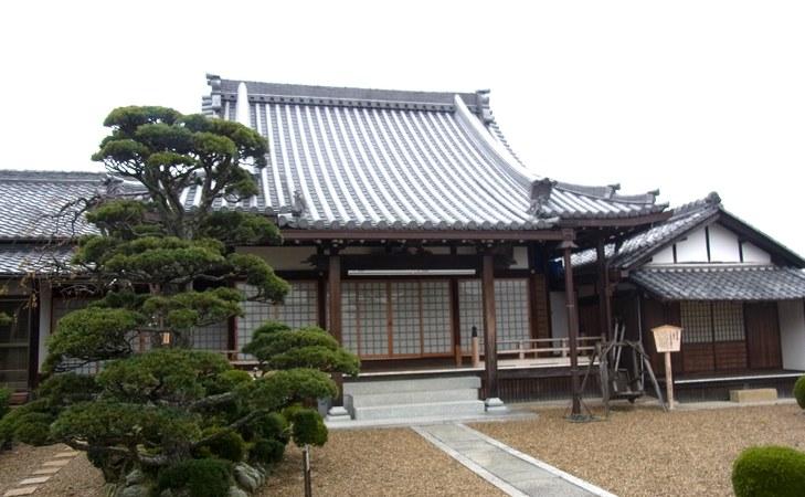 正傳寺・本堂と薬師堂(右側)