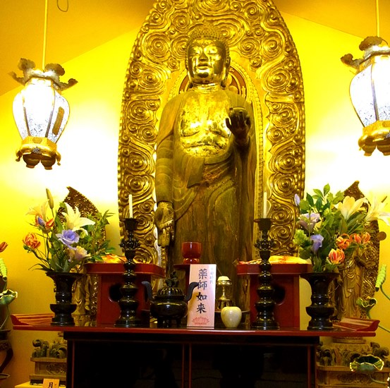 金色の壁面と照明で荘厳された正傳寺・薬師如来像