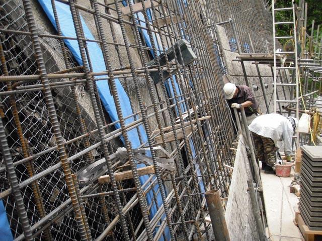 張コンクリート擁壁築造中 縦筋が主筋、横が配力筋