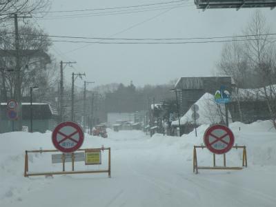 吹雪で通行止め続く