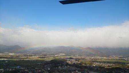 ヘリの窓から虹!