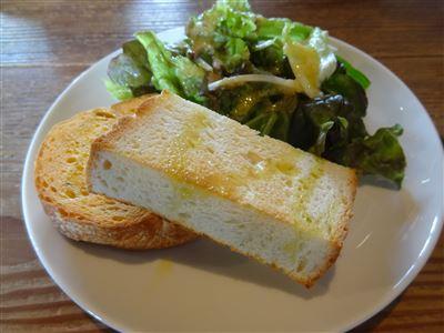 パスタランチのサラダ、パン