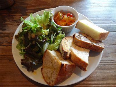 スープランチの本日のデリ、サラダ、パン