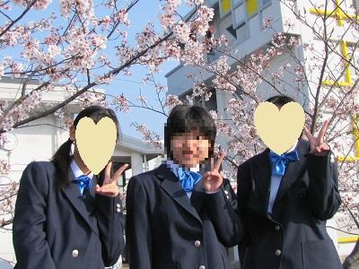 桜の前で友達と。