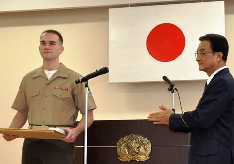 海兵隊員が沖縄警察署から表彰