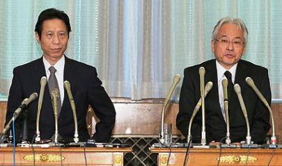 記者会見する西ケ広渉宮務主管(右)と名川弘一皇室医務主管=8日午後