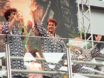 博多祇園山笠の当番法被を羽織り、ファンに手を振るトム・クルーズ02