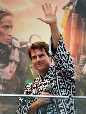 博多祇園山笠の当番法被を羽織り、ファンに手を振るトム・クルーズさん