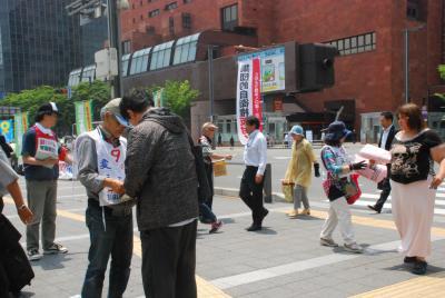 7月1日博多駅前街宣・署名①松尾